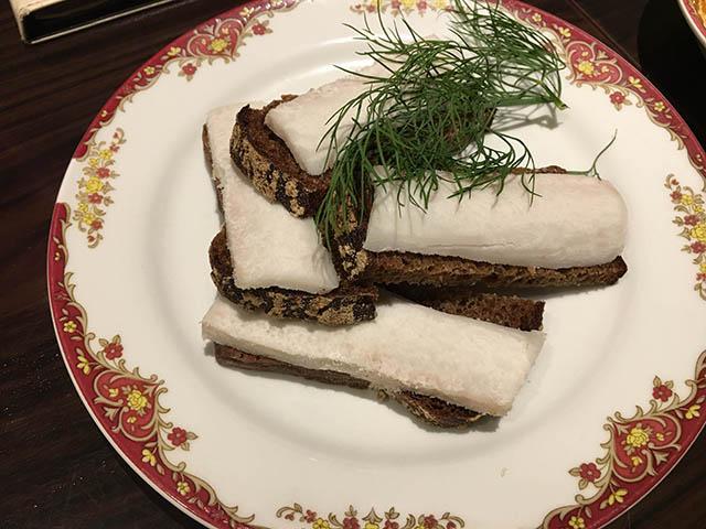 グルジア料理(黒パンと塩漬けの発酵背脂)