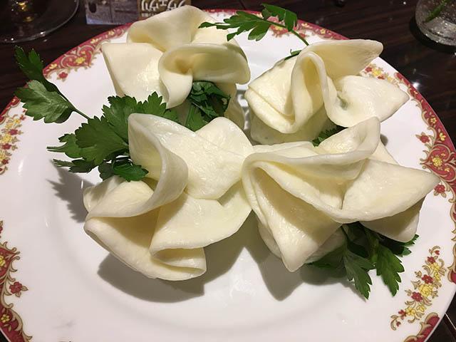 グルジア料理(チーズで作ったバラの花)