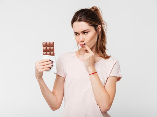 チョコを持つ女性