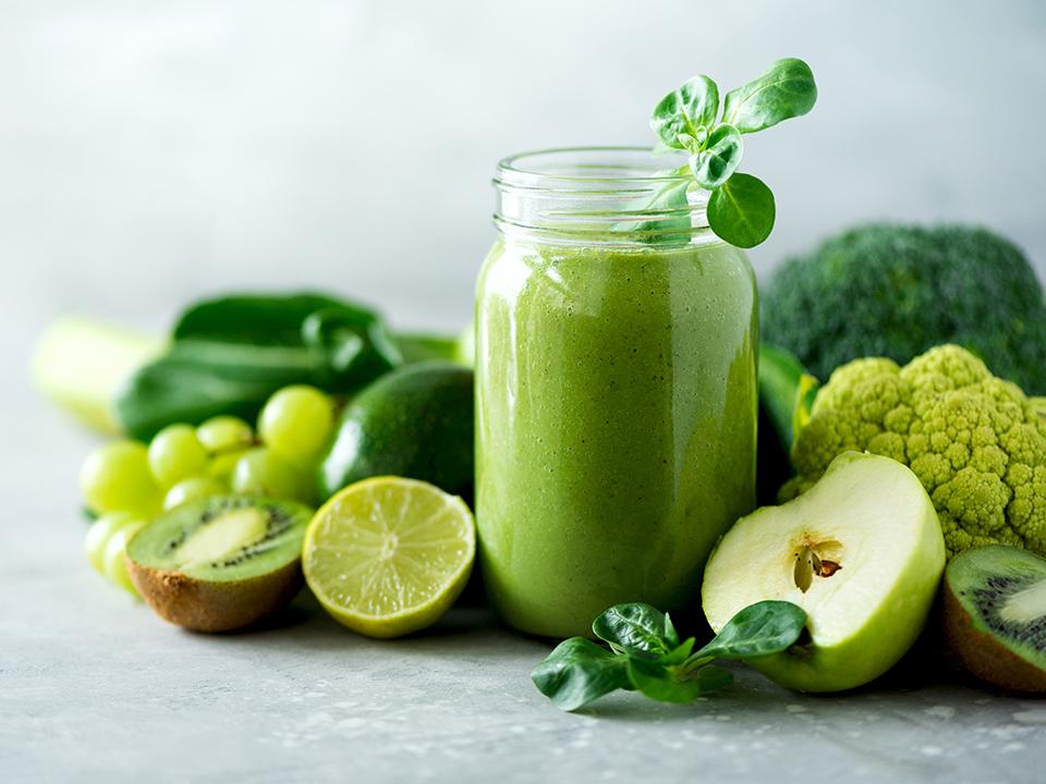グリーンスムージーと果物と野菜