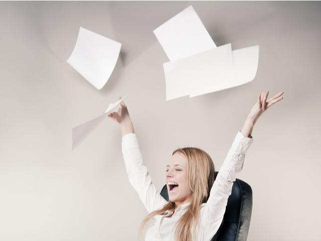 紙を投げる女性