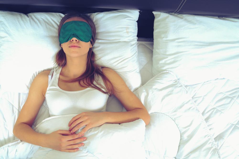 アイマスクをして寝ている女性
