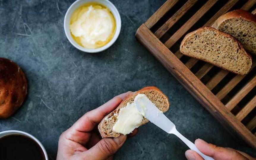 basebreadにバターを塗っているところ