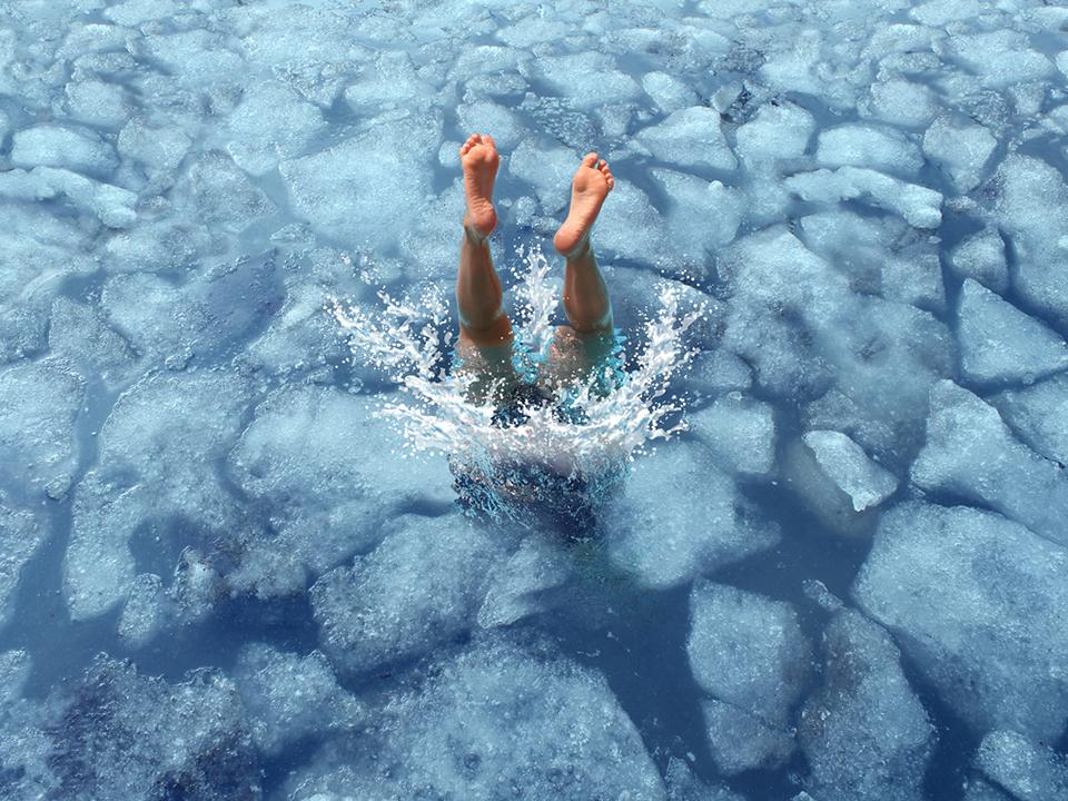氷に飛び込む人