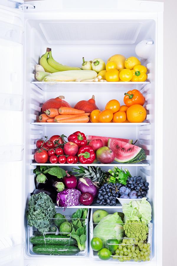 冷蔵庫の中にあるカラフルな野菜