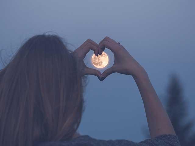 月を眺める女性