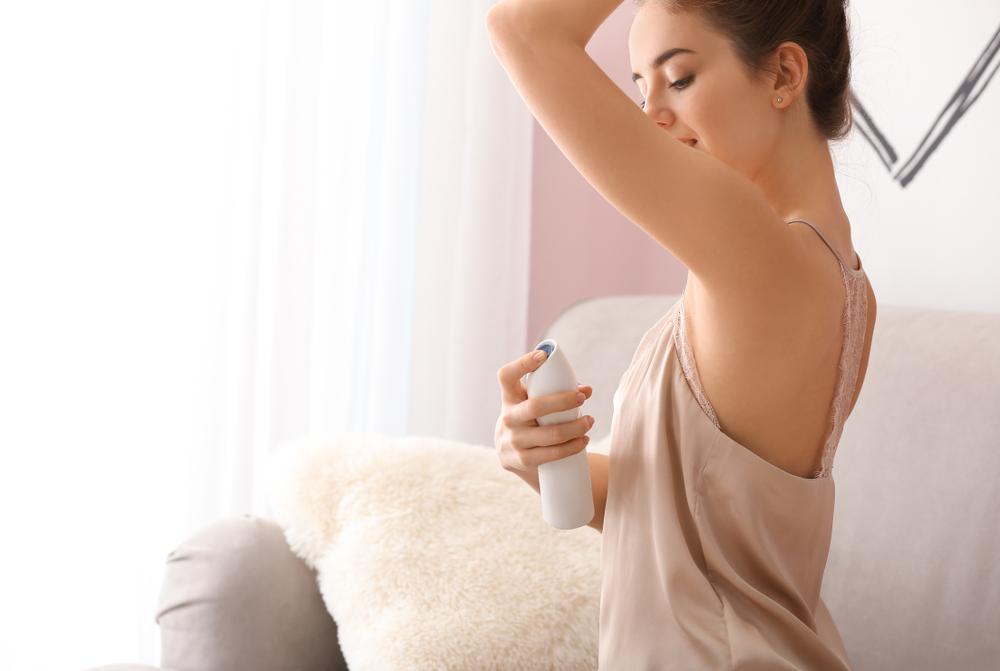 制汗剤を使う女性