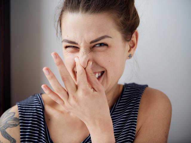 くさい表情をする女性