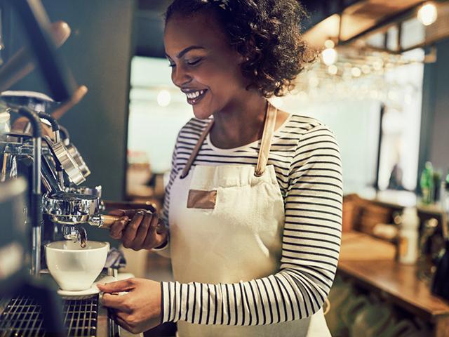 コーヒーを入れる店の女性