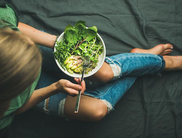 スプラウトを食べる女性