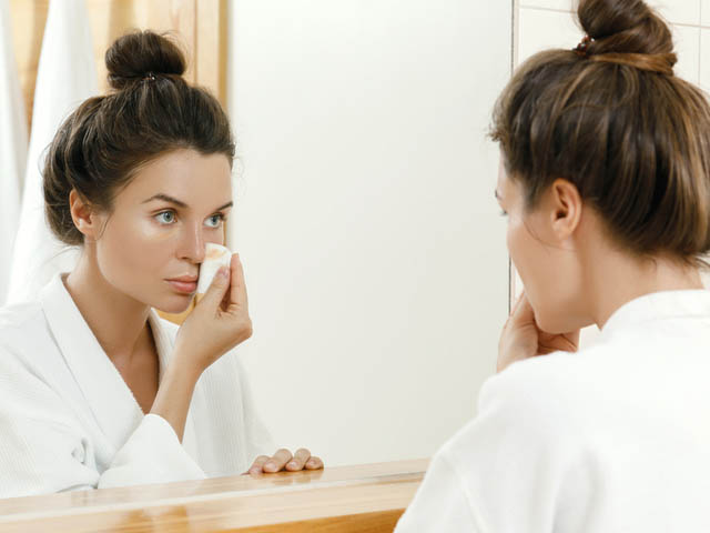 化粧をおとす女性