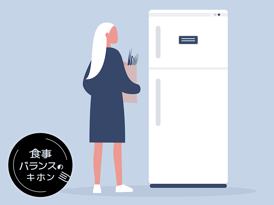 冷蔵庫に食材を入れようとする女性