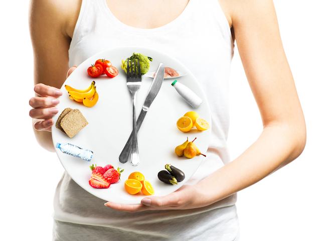 食事バランスを考える女性