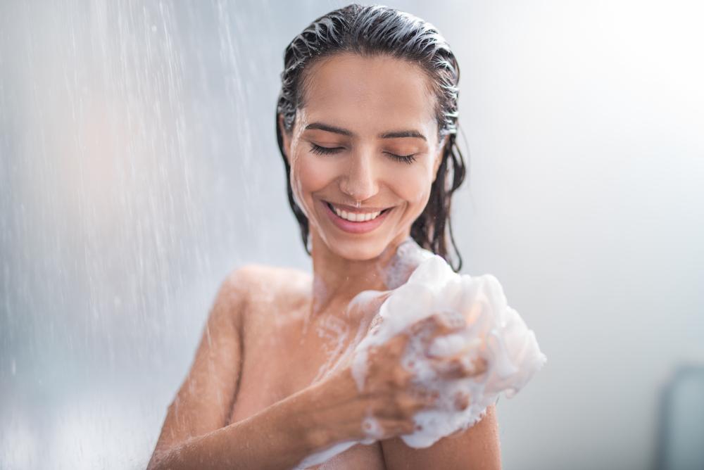 身体を洗う女性