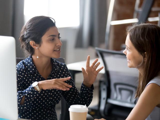 会話をしている女性たち