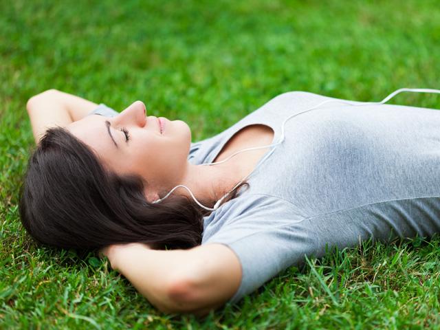 公園で寝そべる女性