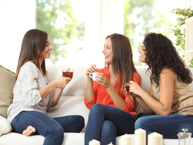 談笑する女性3人