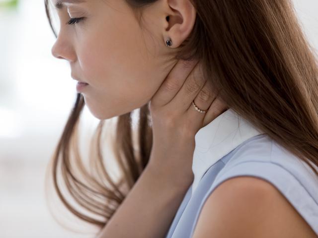 喉が痛い女性
