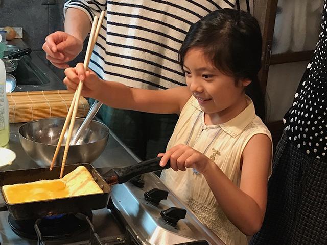 料理を手伝う娘