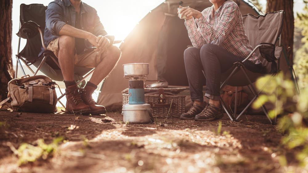 キャンプを楽しむ2人
