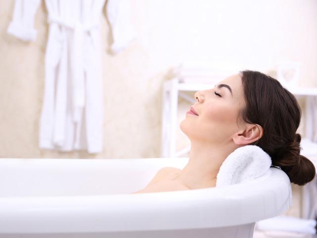 寝る前のお風呂にはいっている女性