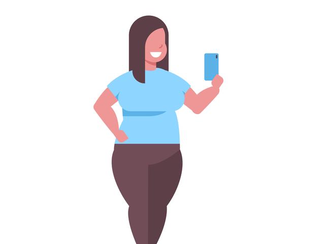 スマホを見ている肥満気味の女性