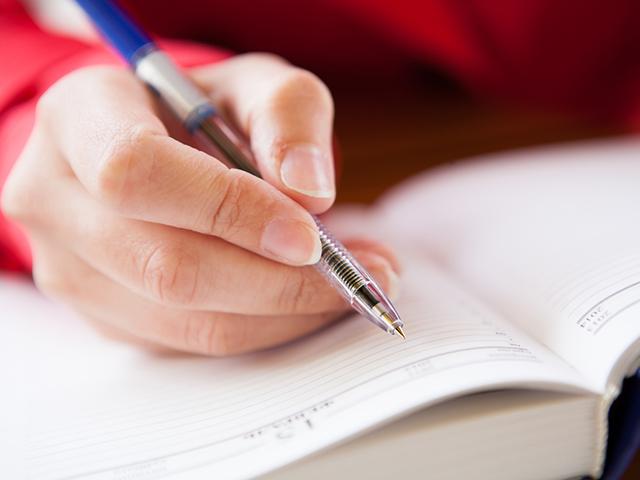 日記をつける女性