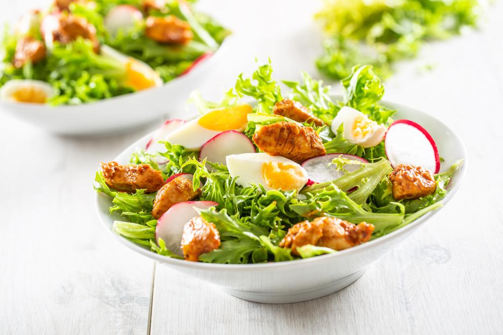 肉と卵が入ったサラダ