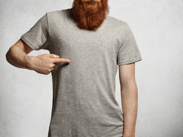 Tシャツを指差す男性