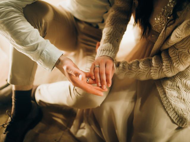 手を重ね合うカップル