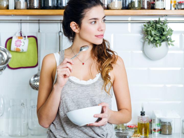 キッチンで食事をする女性