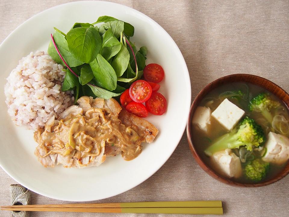 ポークソテーごまソースと豆腐とブロッコリーのみそ汁