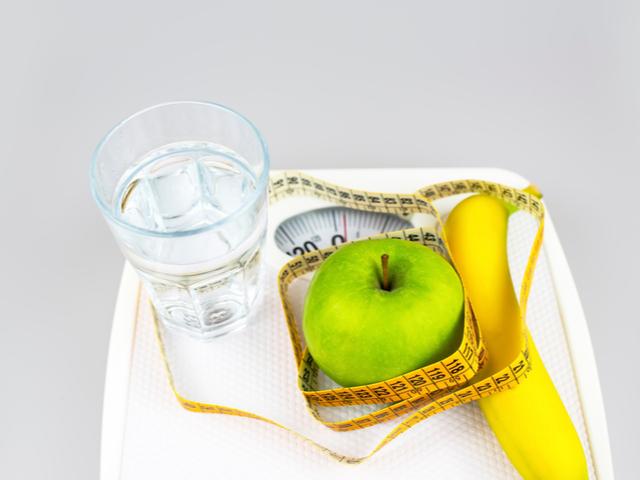 体重計やフルーツ
