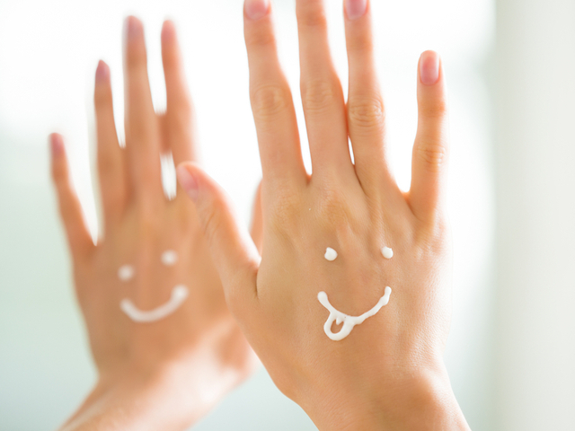 ハンドクリームを塗る女性