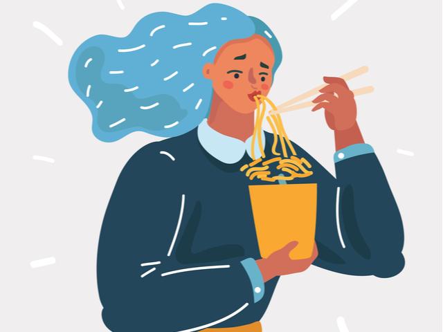 麺をすする女性