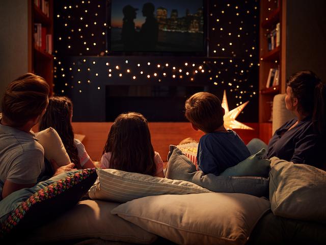 家で映画を観る家族