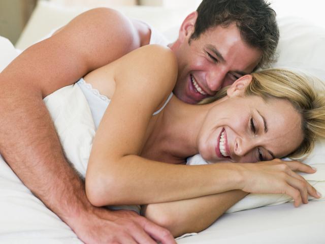 ベッドで仲良くする恋人