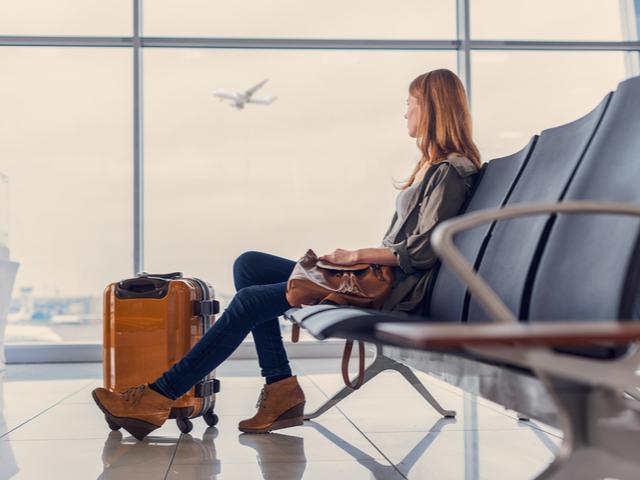 飛行機を待つ女性