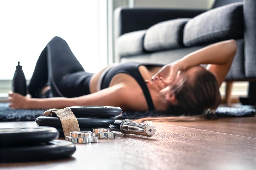 運動して疲れている女性