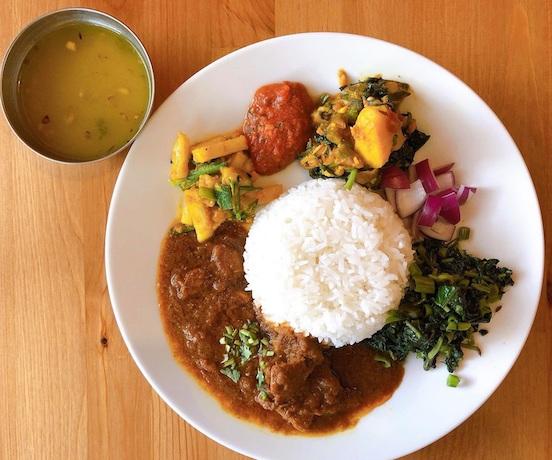 ネパール料理ダルバート、カップには豆のスープ