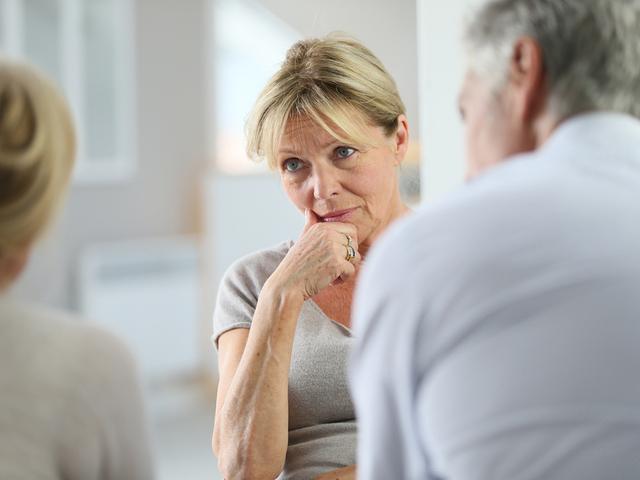 会話する年配の女性