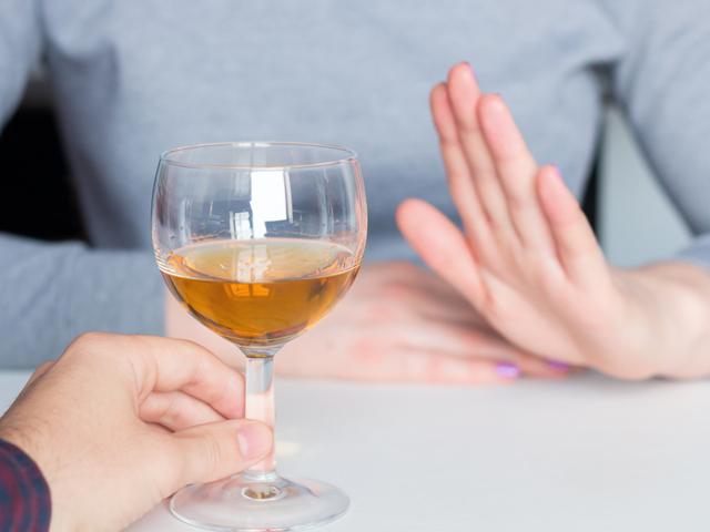 酒を断る女性
