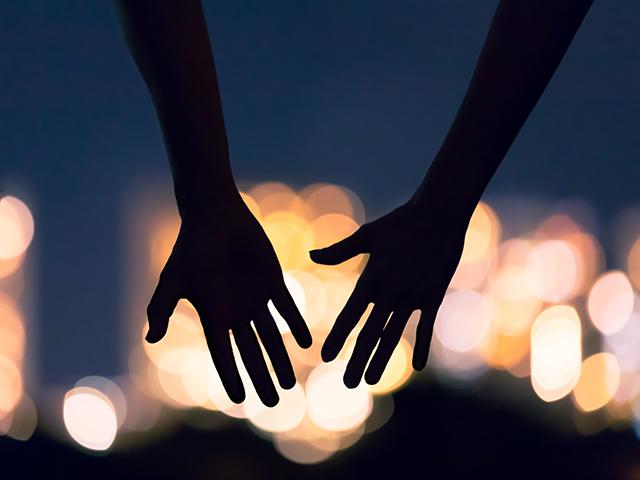 手を繋ごうとする二人の影