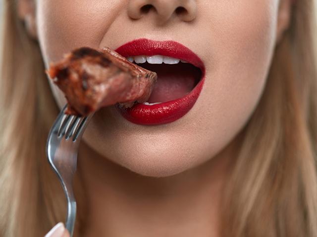 肉を食べる女性