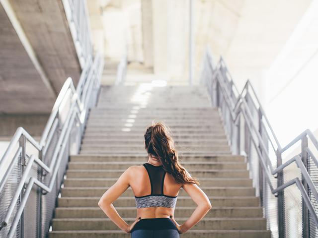 階段をみつめる女性