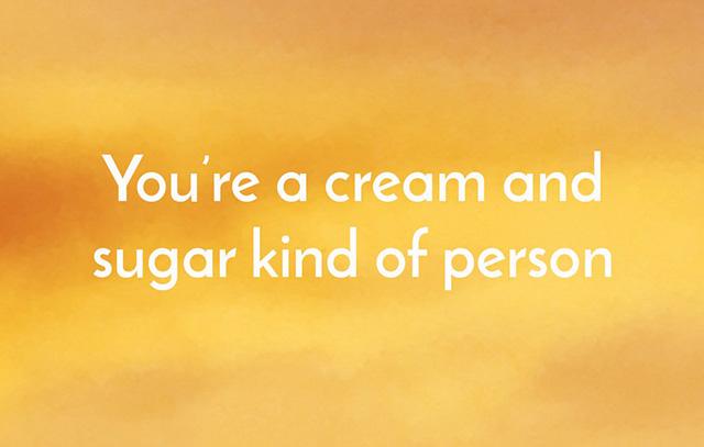コーヒーにクリームと砂糖を入れる