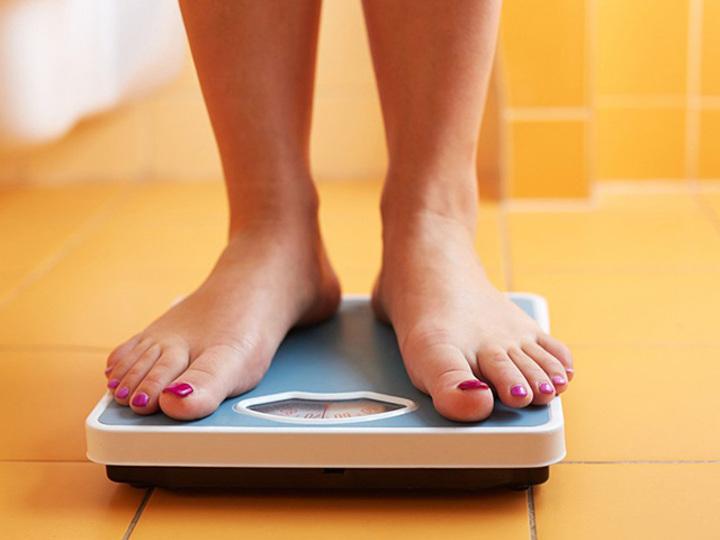 体重計にのる女性