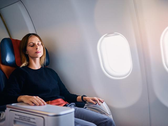 機内でリラックスする女性