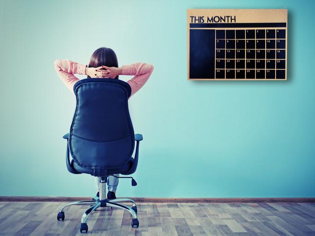 カレンダーを眺める女性