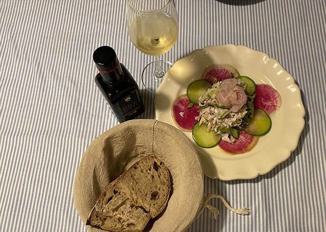 パン、白ワイン、サラダ